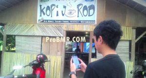 Tampak, Ridho yang sedang berburu monster Pokemon Go di halaman warung Kopi Jarod