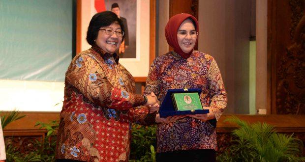Wali Kota saat menerima apresiasi pendukung ProKlim dari Menteri LHK